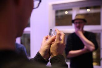 Aftenpostens Per Kristian Bjørkeng betrakter en 3D-modell av seg selv – inni en plastblokk.