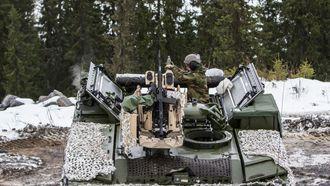 Sondre Ringjord står klar til å legge granaten i bombekasteren.