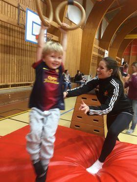 KOSER SEG: Det er moro med Oppegård IL Turn & Barn. Her ser du noen i aksjon under trening, under god veiledning av trenerne.