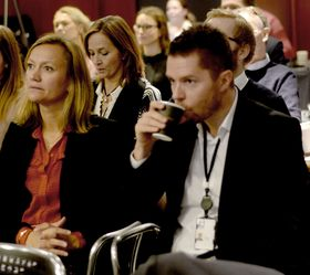 Operasjonell direktør Siv Juvik Tveitnes (t.v.) i Schibsteds mediedivisjon. Hun er en av to kvinner i divisjonens ledergruppe. Her med brukermarkedsdirektør Tor Jacobsen, en av de 11 mennene i samme gruppe.