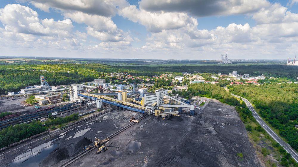 Selv på veien som snirkler seg forbi kullgruven helt sør i Polen vil det lønne seg å kjøre ebil. Foto: Colourbox.