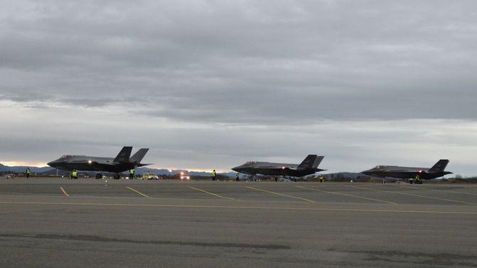 Alle tre F-35-flyene på plass på Ørland flystasjon.