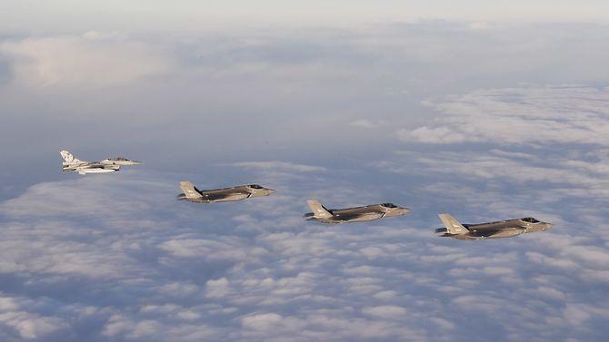 De tre norske F-35-flyene ble møtt av F-16-fly da de ankom norsk luftrom fredag ettermiddag.