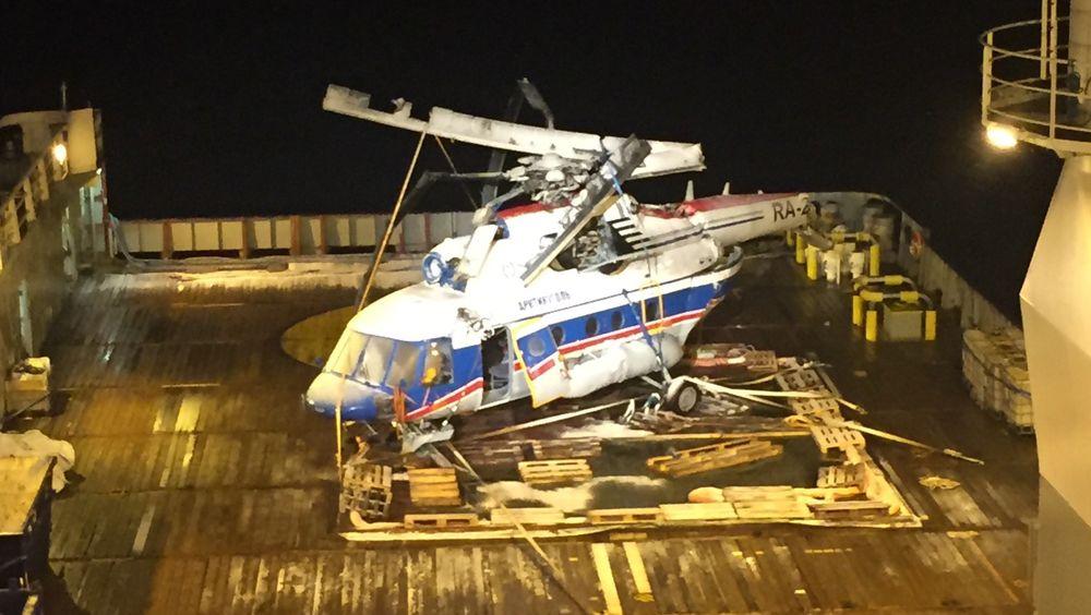 Det russiske helikopteret som styrtet i havet ved Svalbard fredag for en uke siden, ble natt til lørdag hevet.