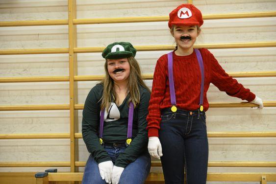 MORSOM FEIRING: De to kreative venninnene Tine Bjønnes-Jacobsen (f.v) (12) og Synne Riise Larsen (12), kledde seg ut som Mario og Luigi.