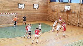 JENTELAGET: Gjerstad trenar Sogndal sitt jentelag i sekstenårsklassen. her frå laurdagens kamp mot Høyang i raudt.Under laurdagens tre handballkampar i Sogndalshallen var han med i alle tre kampane. For kvinnelaget òg var han med som trenar, og for herrelaget som spelar.