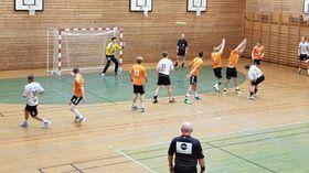 HERRELAGET: Det er mange studentar på Sogndal-laget. Her er det Gjerstad sjølv som nett har kasta ballen mot mål laurdag, i denne augneblinken svevar ballen over hovudet til linedomaren.