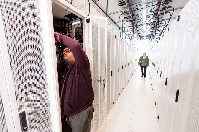 I et co-location-datasenter leier selskaper rom de fyller med eget utstyr. All infrastrukturen rundt (strøm, nettverk, osv.) er det datasenteret som står for. Bildet er fra Basefarms datasenter på Lørenskog.