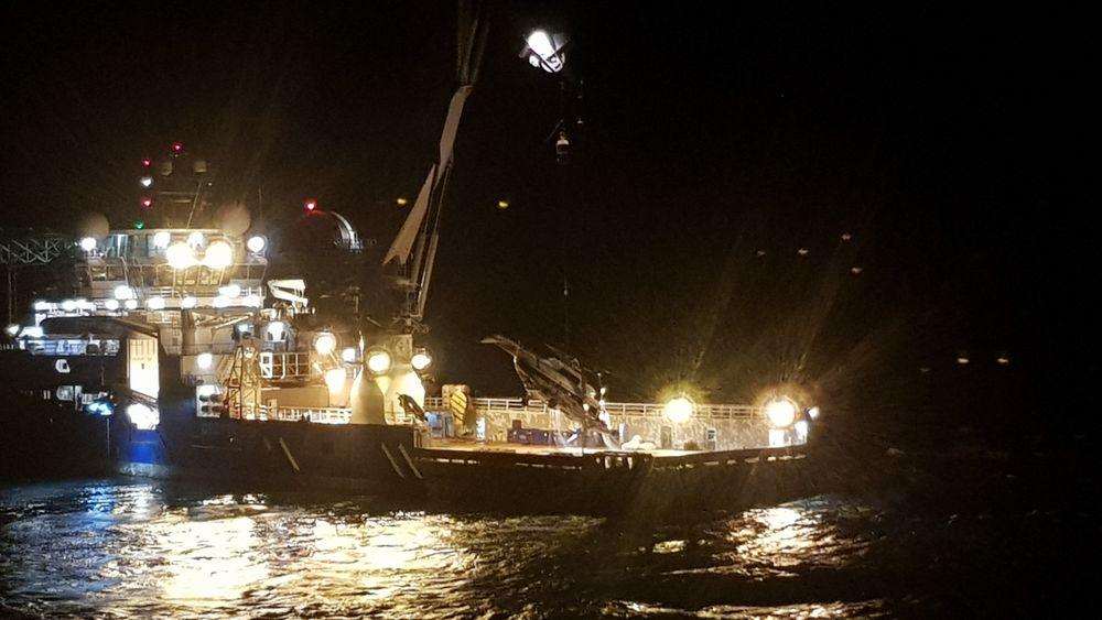 Cirka klokka 02.00 natt til lørdag 4. oktober ble helikopteret hevet og plassert på dekket på Maersk Forza der det fortsatt befinner seg.