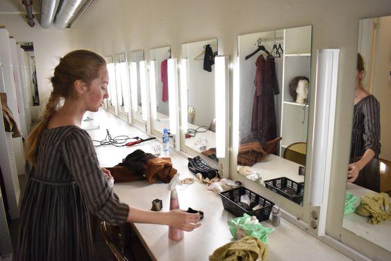 I GARDEROBEN: Her forvandles hun fra en vanlig, norsk jente til et fattig gatebarn i Paris.