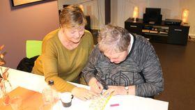 VETERANEN I KLUBBEN: Gudrun Slindre, t.h. er den eldste medlemen i klubben, 79 år. Ho har vore med fast sidan oppstarten. Før lika ho best å dansa, men dei siste åra er det bingoen ho set høgast. Ho er årdøl, men kjem opphavleg frå Leikanger, og talar eit vakkert sognamål med gamalmodig dåm. Til venstre Anne Britt Hovland.