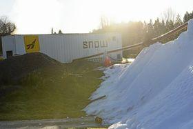 HER KOMMER VINTER'N: Fra denne kontaineren produserers det mengder med kunstsnø.