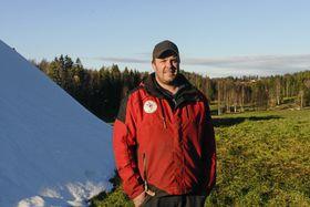 Løypebas Terje Martinsen for 10 dager siden da gresset fortsatt var grønt! Her står han ved siden av snøhaugen han hadde produsert med en annen snømaskin.
