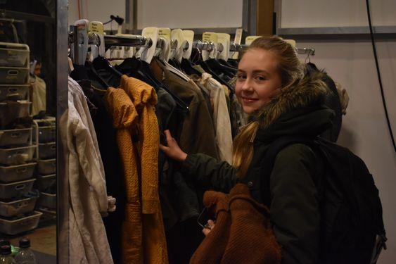 KOSTYME: Adelia prøver å finne kjolen hun skal ha på seg i kveldens forestilling.