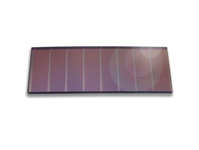 Fanger lys: Solceller behøver ikke være ute. De kan fange litt lys inne også og konvertere det til elektrisk energi. Med bare 200 lux lan denne 5 x 2 cm cellen genererer over 30 mikrowatt. Det er ikke mye, men nok til å drive temperatursensorer, CO2-sensorer og mange andre varianter og sende signalet til en hub med radio.