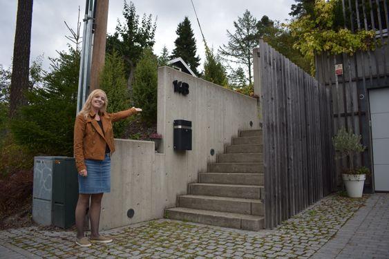 HER ER DET: Opp en trapp og inn en dør, der finner du butikken «det gledes»! Butikken ligger i Tunstads egen bolig, og du parkerer ved huset.