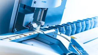 Pakker: En av funksjonene til maskinen er å emballere den radioaktive medisinen i krukker av bly for å beskytte mot strålingen