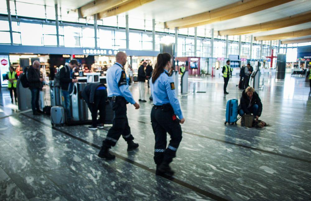 LANG PROSESS: Politimesteren i Øst politidistrikt har tidligere ytret ønske om å få bevæpnet politiet på flyplassen, slik de ansatte også ønsker.