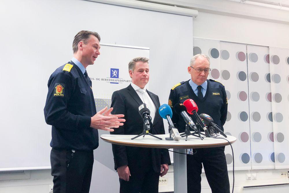 JA: For to uker siden kunne justisminister Amundsen fortelle at politiet på Oslo lufthavn Gardermoen får bære våpen. Her er han sammen med politimester Steven Hasseldal og politidirektør Odd Reidar Humlegård.