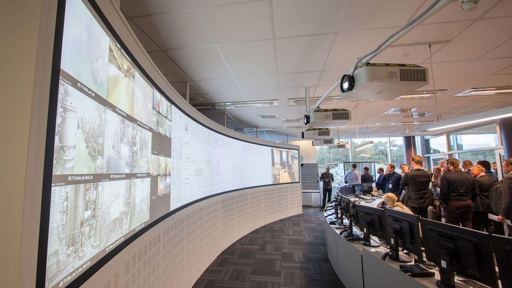 Kamera fra Valemon-plattformen, sanntidsdata og kommunikasjon med andre kontrollrom vises på et stort projektorlerret.