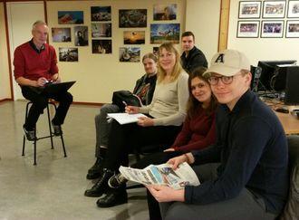 Journalister i arbeid: Redaktør Frank Øvrewall planlegger Saltenpostens utdanningsbilag sammen med ei gruppe 2.-klassestudenter på journalistutdanninga i Bodø, før de skal i kortpraksis på Fauske i neste uke.