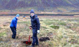 Martin Venås fra Statens vegvesen og Stian Langeland fra Wyssen Avalanche Control Norge graver ned en ny sensor på Kattfjordeidet.