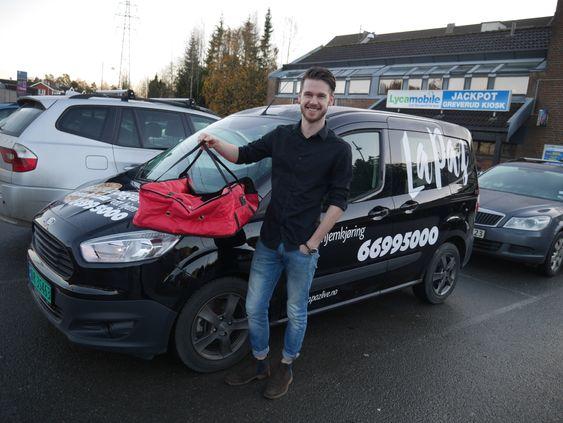 UT PÅ PIZZA-TUR: Henrik Didriksen Brenna viser stolt frem La Paz Greverud sin nye utkjøringsbil for pizza.