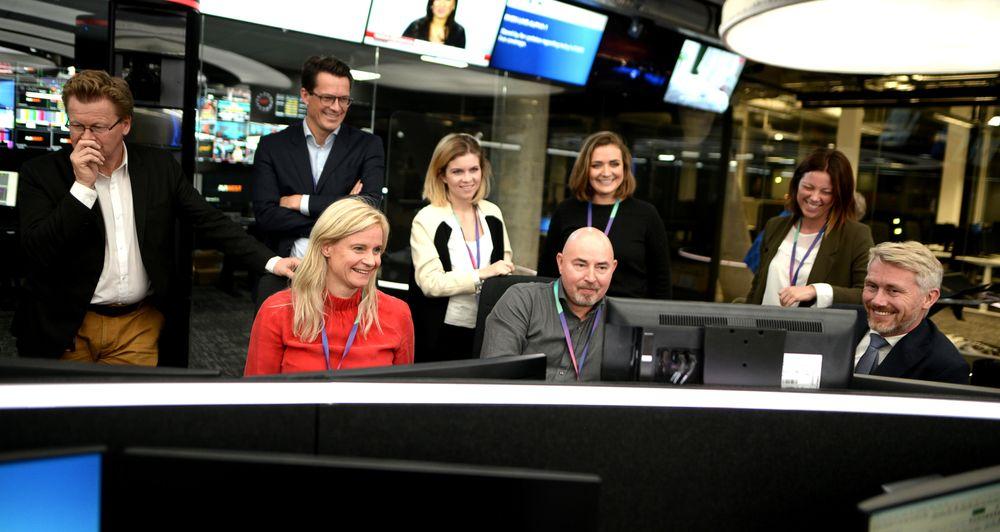 TV 2-sjefene droppet nachspielet på Media City-festen for å få med seg kveldens testsending. Til høyre administrerende direktør og sjefredaktør Olav Sandnes.