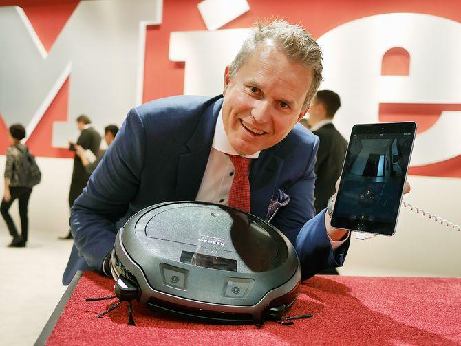 Anders Kjekstad er førstereisgutt for Miele på IFA-messen, og viser robotstøvsugeren RX2 som kan styres i appen via de to kameraene i front. Foto: Stian Sønsteng.