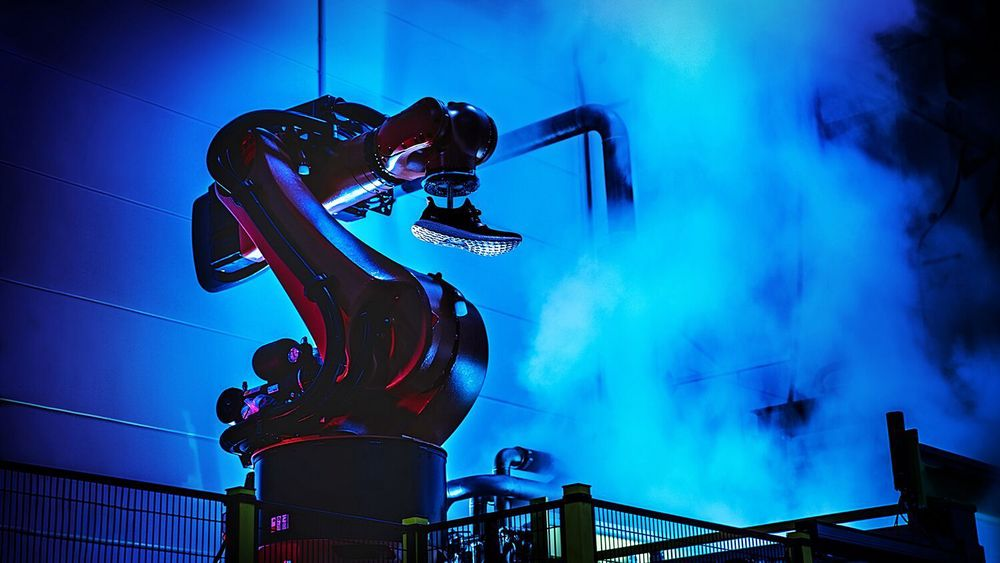 Roboter og 3D-utskrifter er to av de teknologiene som gjør det mulig for Adidas å flytte produksjon hjem til Tyskland. Men det trengs også medarbeidere på en digital fabrikk, og dem har det vist seg å være vrient å finne, 30 år etter at skoproduksjonen flyttet til Det fjerne østen.