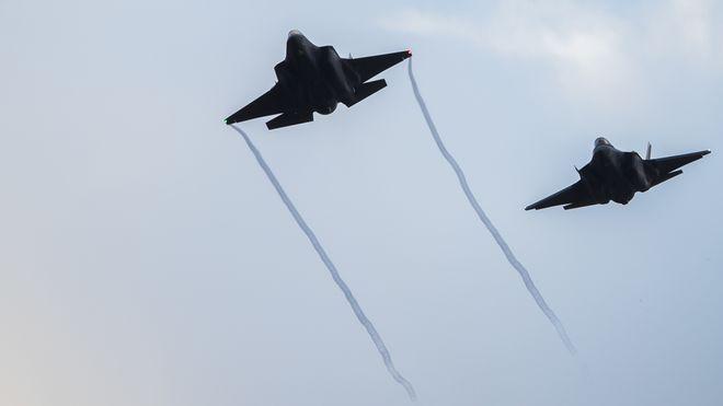 På vingene etter en ukes intenst arbeid: Her er F-35 i lufta over Norge med norske flygere