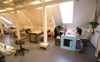 Sammen om eksperimenter: Gruppearbeid er bra for læringen under ledelse av førskolelærer og realfagspedagog Oda Bjerknes.