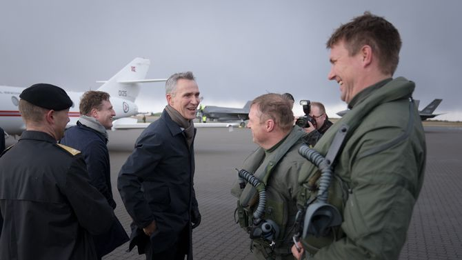 NATOs generalsekretær Jens Stoltenberg møtte flygerne Ståle Nymoen og Thomas Harlem.