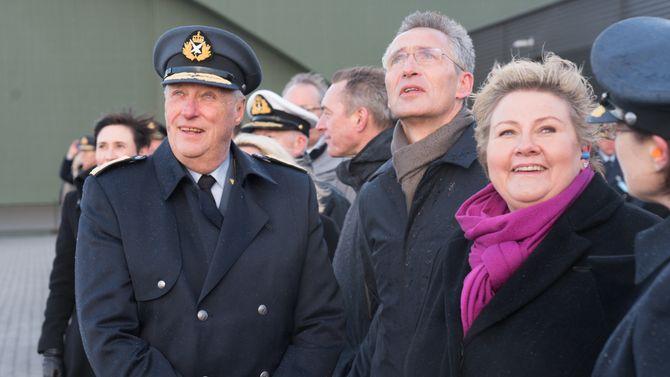 Kong Harald, Jens Stoltenberg og Erna Solberg fikk se F-35 i lufta over Ørland Flystasjon.