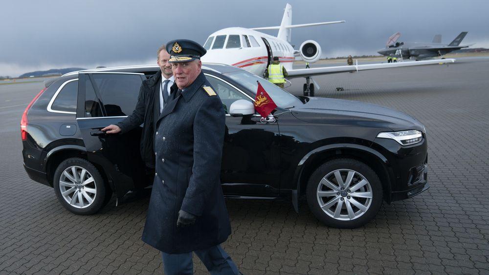Kong Harald fløy til Ørland flystasjon med Luftforsvarets VIP-fly da han deltok på mottaksseremonien for F-35 forrige fredag.