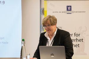 Anne Kari Lande Hasle da hun la fram utredningen om bevæpning av norsk politi i mars.