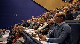 PUBLIKUM: Mange møtte opp for å høyra på Kaggestad og få med seg lanseringa av boka.