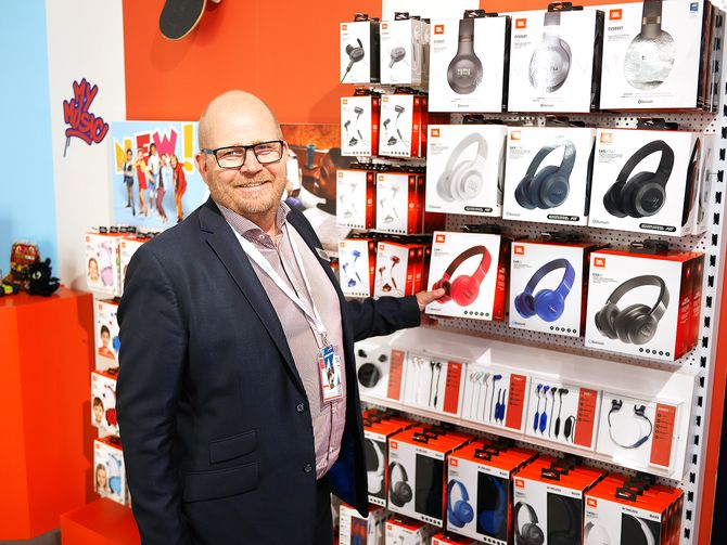Frank Bruun med JBLs hodetelefoner. Foto: Stian Sønsteng.