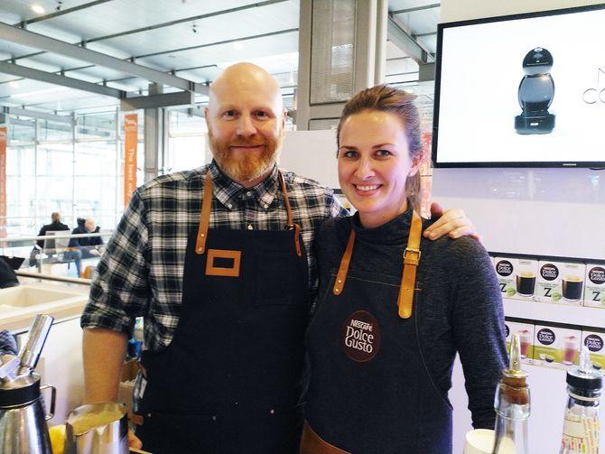 Barista Ola Persson og produktspesialist Mette Ugstad i Dolce Gusto delte ut kaffedrikker til pendlerne på Oslo S. Foto: Marte Ottemo.
