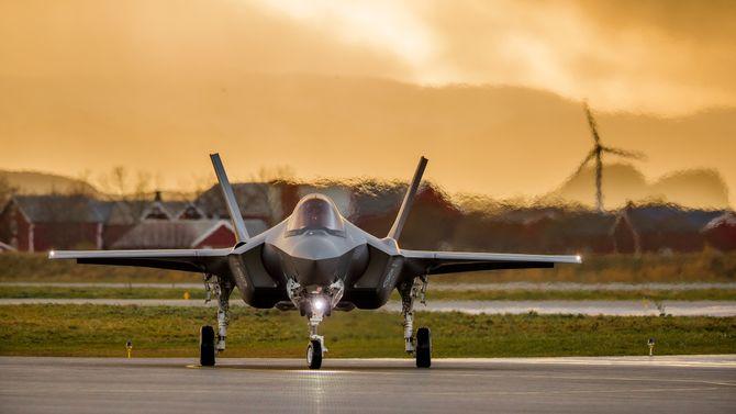 Et av de tre F-35-flyene som foreløpig er på plass i Norge etter landing fredag.