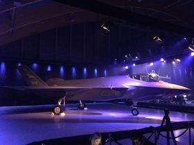 F-35 utstilt i seremonihangaren.