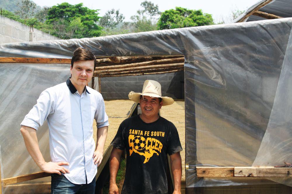 Tim Wendelboe foran tørketeltet hos Nacimiento i Honduras.