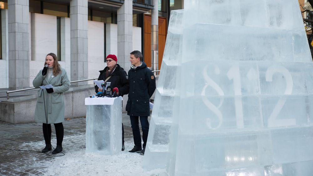 I dag begynner Klimasøksmålet i Oslo tingrett, hvor Greenpeace og Natur og ungdom, med støtte fra Besteforeldrenes klimaaksjon, har saksøkt staten fordi de mener tildelingen av 23. konsesjonsrunde strider imot paragraf 112, miljøparagrafen i Grunnloven. Mandag holdt de pressekonferanse og avduket en isstatue utenfor tinghuset.