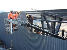 Arbeidslaget fra Mesta setter vegger og tak på snøoverbygget.