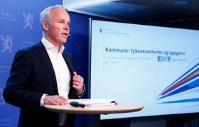 SAMANSLÅINGSKÅT: Statsråd Jan Tore Sanner legger fram kommunereform.