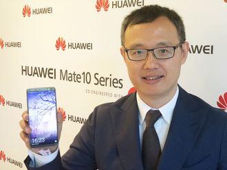Yanmin Wang, president for forbrukermarkedet i Norden, sentral- og øst-Europa i Huawei, med Mate 10 Pro. Foto: Stian Sønsteng.