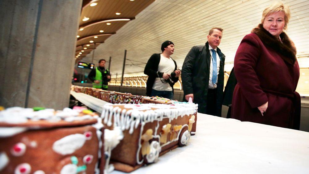 Med statsminister Erna Solberg (H) i front ble Holmestrand togstasjon offisielt åpnet lørdag 17. desember 2016. Da fikk statsministeren også se verdens lengste pepperkaketog på 370,75 meter. Foto: Lise Åserud / NTB scanpix