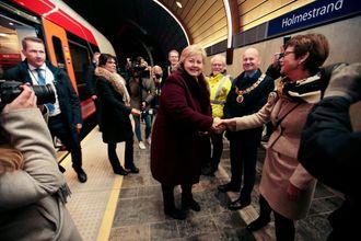 GODT PÅKLEDD: De fremmøtte hadde kledd seg godt da Erna Solberg åpnet Holmestrand stasjon i desember i fjor.