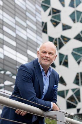 Hansen forteller at i fremtiden vil det komme mer funksjonsbærende glass inn i byggenæringen.