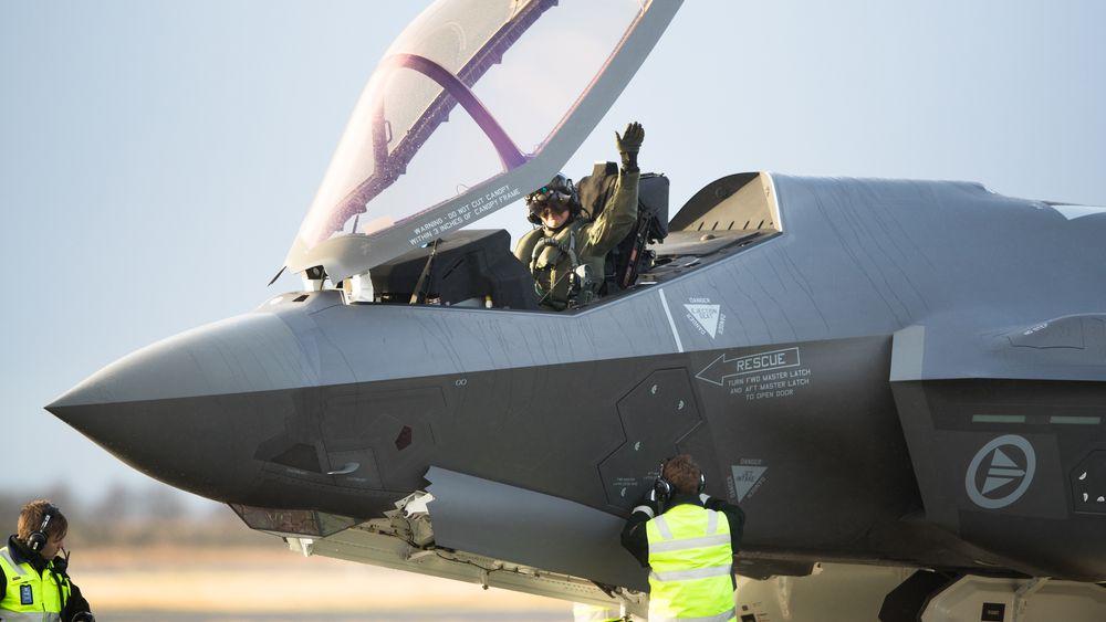 Her vinker Thomas «Timber» Harlem til de fremmøtte etter landing på Ørlandet forrige uke. Nå får Forsvarsmateriell kritikk for regnskapsføringen for blant annet kampflyene.